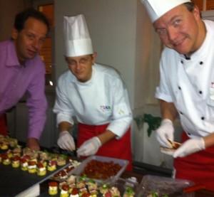 Das Team von Max Catering bereitet Rising Sun Orange - Snacks mit knuspriger Ente!