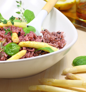 Pinker Reis-Spargel-Salat mit Holunderblüten