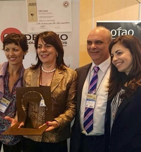Das Team von Delirio Gourmet nimmt strahlend die Auszeichnung entgegen!